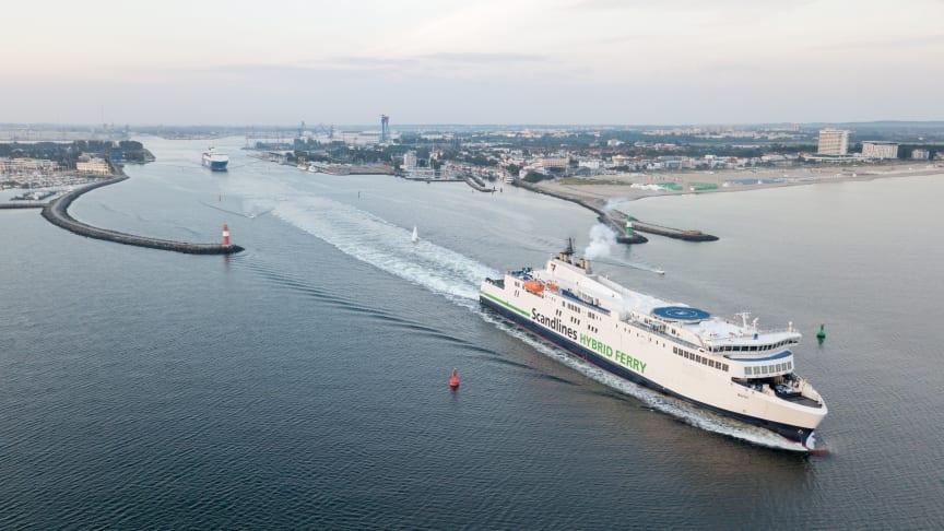 Fejrer etårsdag sammen med søsterskibet M/F Copenhagen på ruten Gedser-Rostock : Scandlines' hybridfærge M/F Berlin (billede: Siemens/Ulrich Wirrwa).