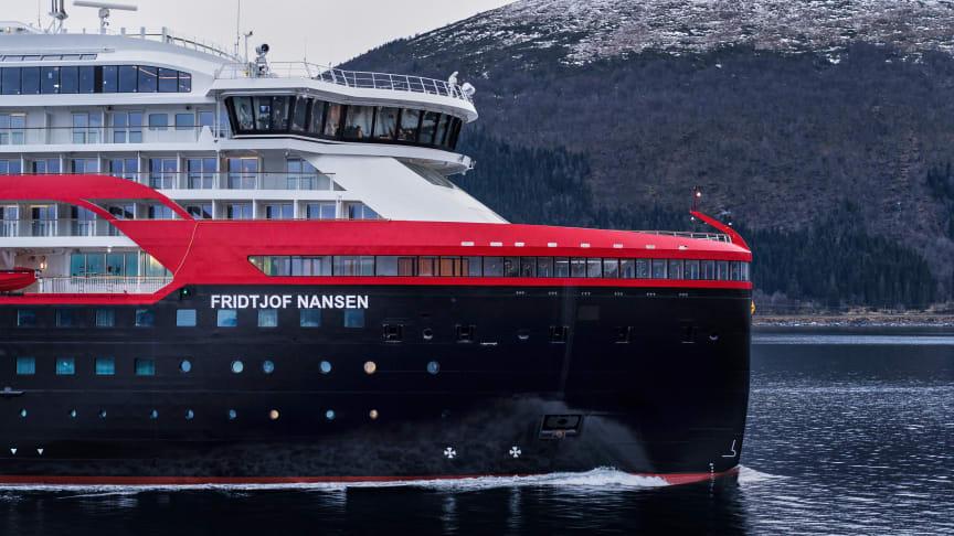MS Fridtjof Nansen vart levert frå Kleven Verft til Hurtigruten i desember 2019. Skipet vil ligge til kai ved verftet litt ut på nyåret, der Hurtigruten vil bruke tida fram til seglingane i mars til klargjering. Foto: Photo Motion / Hurtigruten