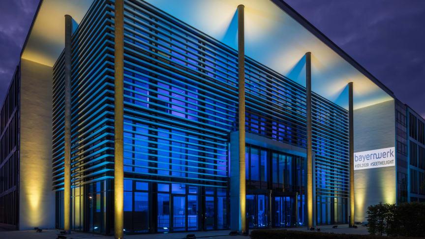 Alles ist erleuchtet: Der Bayernwerk-Unternehmenssitz in Regensburg wird anlässlich des Tag des Lichts von 40 LEDs beleuchtet.