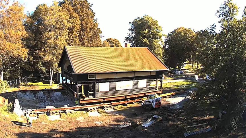 Byggnaden Strömsborg lyfts upp och flyttas. Foto: Boman & Svahn.