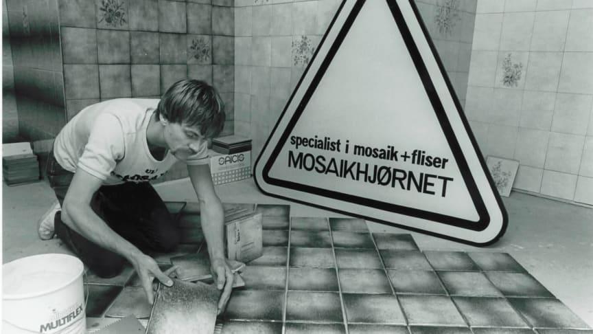 Jørn, som lægger fliser i butikken i Glostrup, 1984. Fliserne findes stadig under den nuværende udstilling.