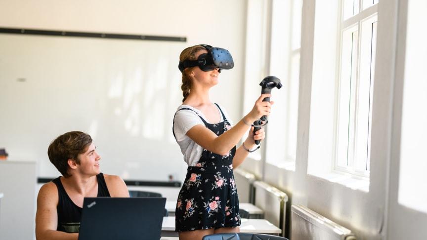 Elever på Realgymnasiet med VR-glasögon.