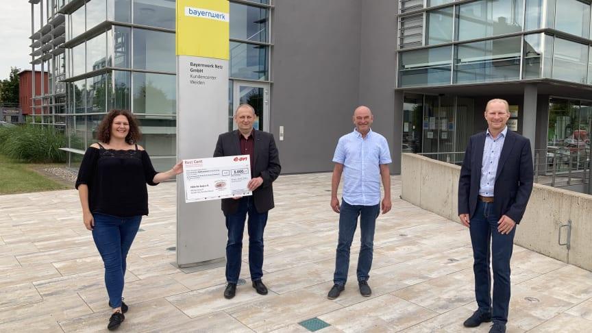 """5.000 Euro für Kampf gegen Leukämie: Michael Sporrer von """"Hilfe für Anja"""" erhielt vom Bayernwerk einen Spendenscheck zur Unterstützung bei den weiteren Typisierungen."""