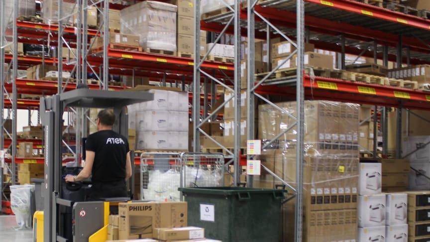 Atea utsågs till Årets logistiketablering 2019 för sitt nya innovativa logistikcenter i Växjö med fullt fokus på hållbara logistiklösningar. Truckarna beslutade man skulle vara litiumjondrivna – batteritekniken som vann Nobelpriset samma år.