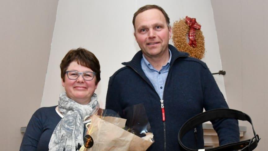 Barbro Braastad og Bjørn Sønstevoldhaugen mottok eksportprisen for NRF-oksen 11078 Gopollen. Foto: Rasmus Lang-Ree