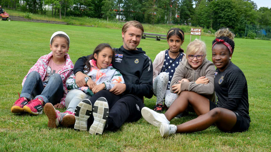 Farh, Naomi, Theodor Olsson, Habibh, Nellie och Glory Amalaha trivs på dagkollot Gavlis Summer Camp.