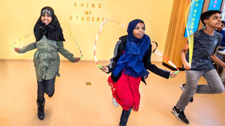 Hysbygårdsskolans hopprepsklubb. Från vänster: Mulki Adan Daar, 5C, Salma Muse Mohammed, 5A, och Welid Abdelkarim Abdelnor, 6A. Foto: Ulrica Zwenger