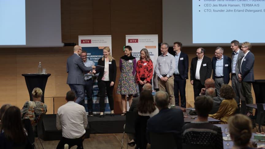 Foto: Tom Jersø. De nye medlemmer kom på scenen 10 ad gangen for at få overrakt et bevis på deres medlemsskab af Akademiet for de Tekniske Videnskaber.