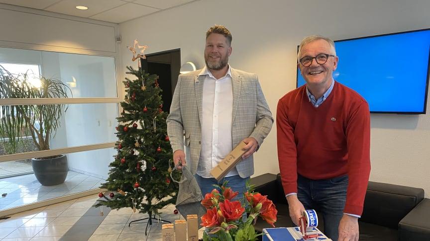 Salgschef Morten Nicolaisen og ventilationssælger Finn Petersen fra Lindab pakker julepølser til den årlige juletradition.
