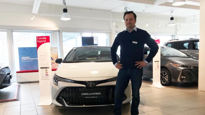 Toyotas hybridbiler er svært ettertraktede i markedet, sier Dagfinn Eilertsen, bilselger hos Nordvik Toyota Narvik. Foto: Nordvik AS.