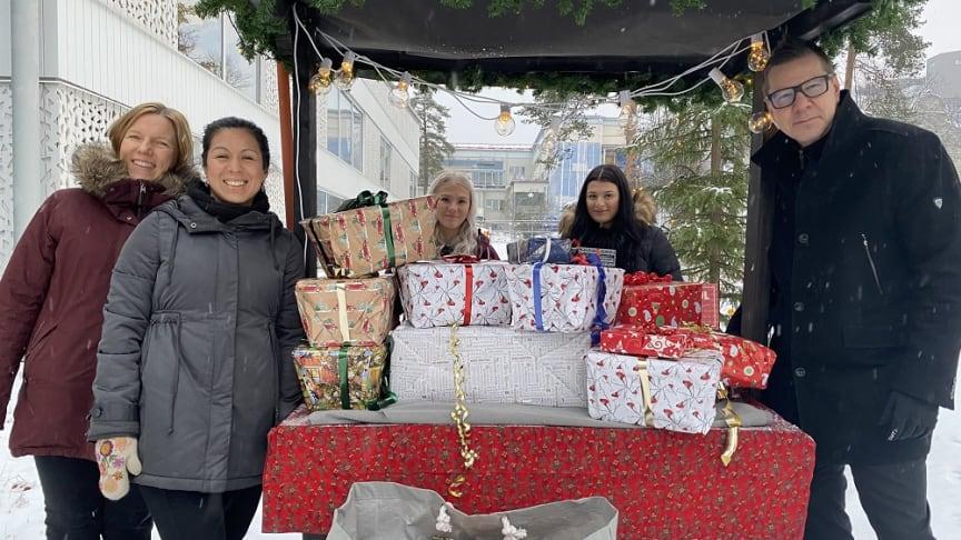 Stefan Karlsson, rektor Yrkesgymnasiet Umeå och eleverna på skolan representerade av Alma Nygren och Stina Lindvall lämnade över julklappar till Hjältarnas hus.