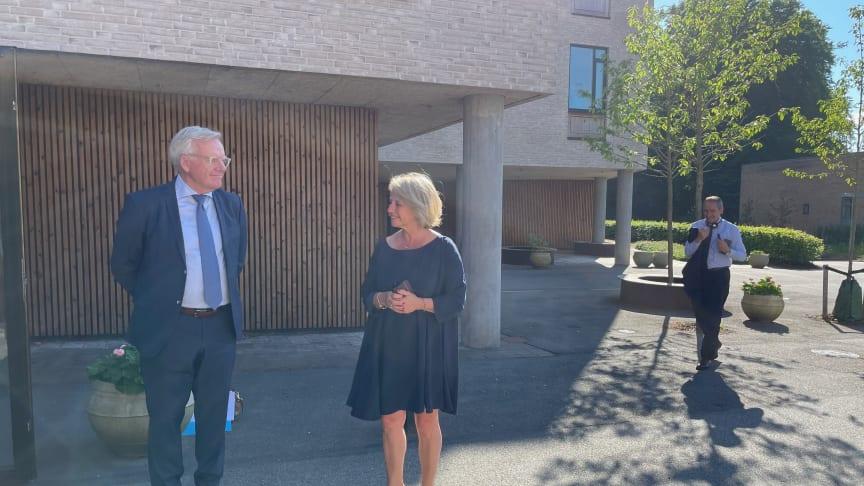 Borgmester Jens Ive og den franske ældreminister, Brigitte Bourguignon, i samtale ved Plejecenter Frydenholm