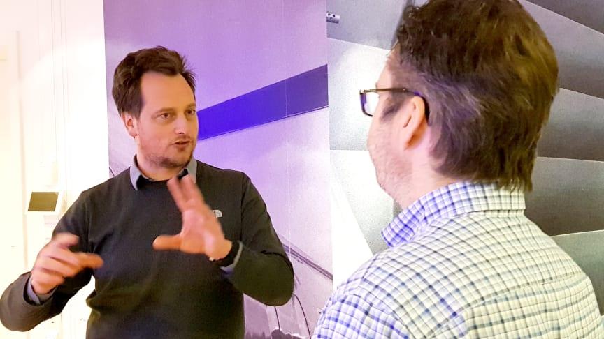 Jørgen Aarhaug (TØI) orienterte om forskningsprosjektet om lovendringen. Her i samtale med direktør Gunnar Frogner Dahl i Oslo Taxi.