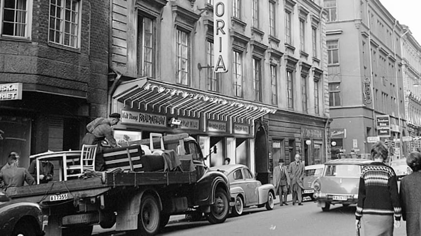 Bild av Siv Rahm på Astoriahuset, sett från Nybrogatan, 1962