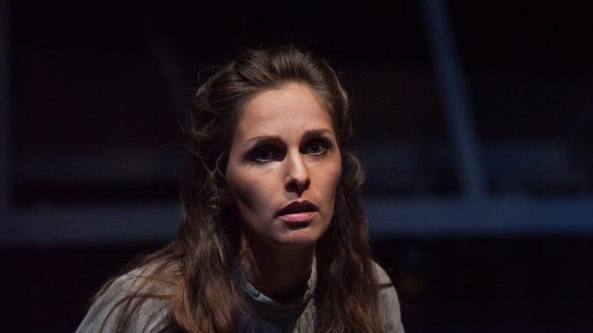 ‹Faust› am Goetheanum: Anne-Kathrin Korf als Gretchen (Kerkerszene) (Foto: Georg Tedeschi)