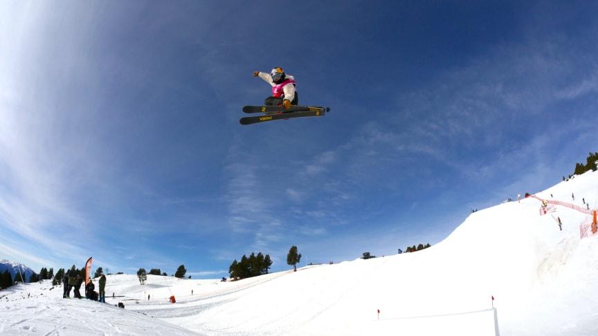 Jennie-Lee Burmansson i luften under tisdagens träning i Font Romeu.  Helgens slopestylepremiär blir hennes första stora tävling efter korsbandsskadan. Foto: Niklas Eriksson.