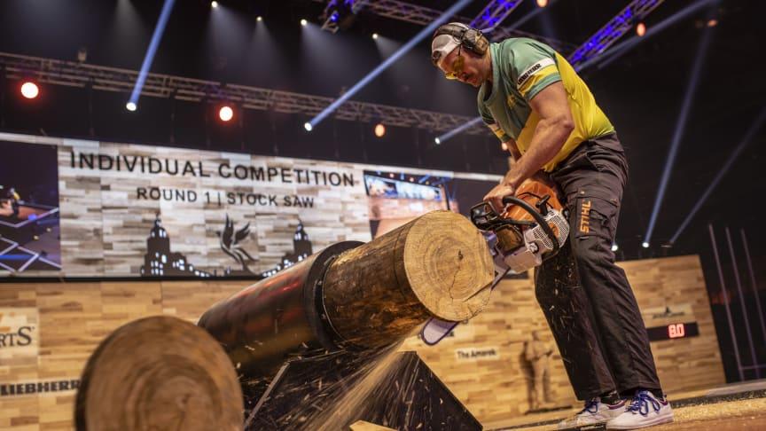 Den nye verdensmester, Laurence O'Toole fra Australien, får splinterne til at flyve i Stock Saw disciplinen. Foto: STIHL TIMBERSPORTS®