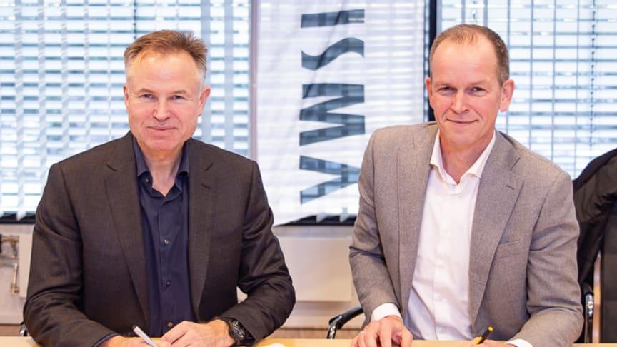 NY TITTELSPONSOR: CEO i Visma, Øystein Moan (t.v.) og direktør for Team Oranje, Richard Plugge signerer Vismas fem-års sponsoravtale av proffsykkellaget Jumbo-Visma.