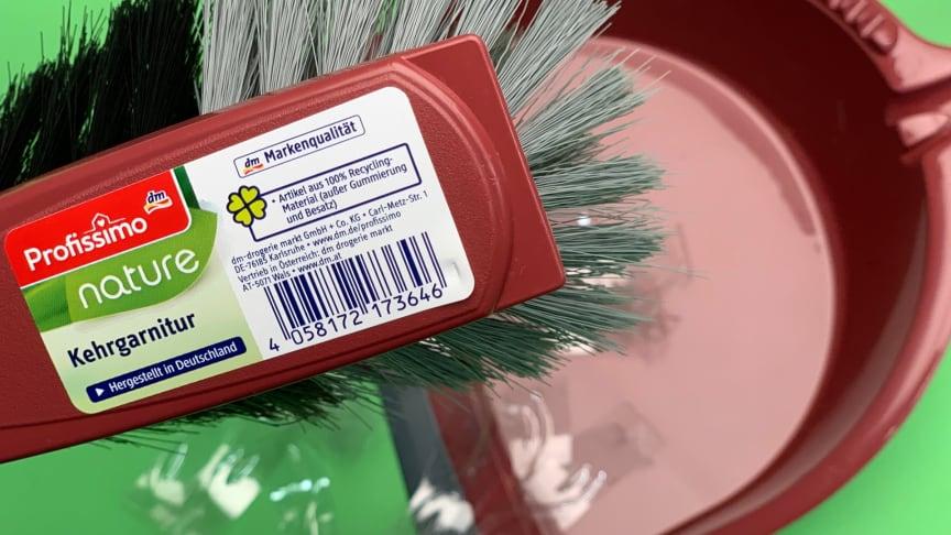 Ein Beispiel für den Einsatz von Recycling-Material: Die Bürsten und Kehrgarnituren der dm-Marke Profissimo
