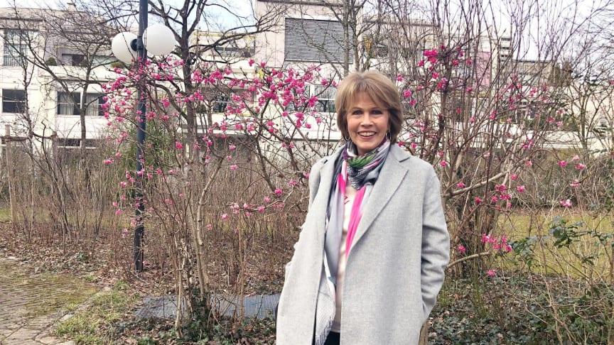 Christa Maar, Gründerin der  Felix Burda Stiftung, beim Spaziergang durch den Arabellapark in München