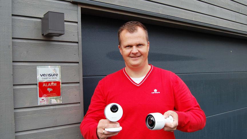 Sikkerhetsekspert Kenneth Hovde Omdal i Verisure viser frem de nye overvåkningskameraene.