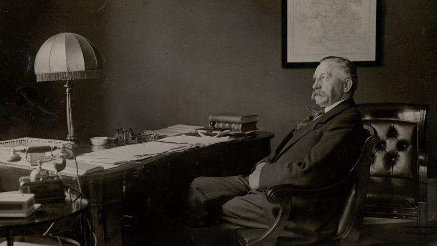 Minister for sønderjyske anliggender, H.P. Hanssen, i sit kontor i ministeriet.
