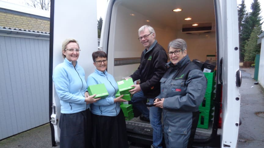 Gitte Brønlund og Lotte Levring er glade modtagere af donationen fra Googly Fruit på Forsorgscenter Viborg, Vibohøj. Frivillige fra fødevareBanken Mogens Liebergreen og Susanne Slotsdal.