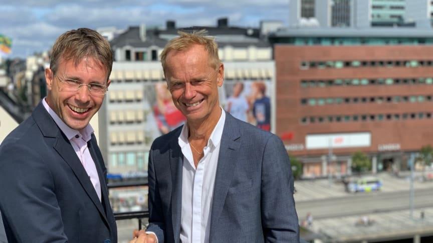 Håkan Lord, till höger, välkomnar Johan Edén som försäljningschef på SoftOne Group.