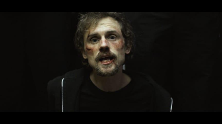 Stilbillede fra Asger B's nye musikvideo 'Syg industri', der udkommer d. 8. marts 2019