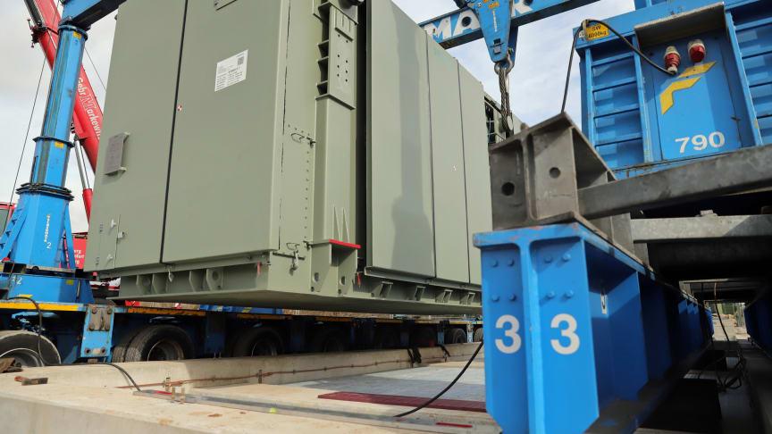 Eine Spule in dieser Größe hat die Bayernwerk Netz GmbH nun in Pleinting in Betrieb genommen. Der Technik-Koloss kompensiert unerwünschte Blindleistung im Netz.