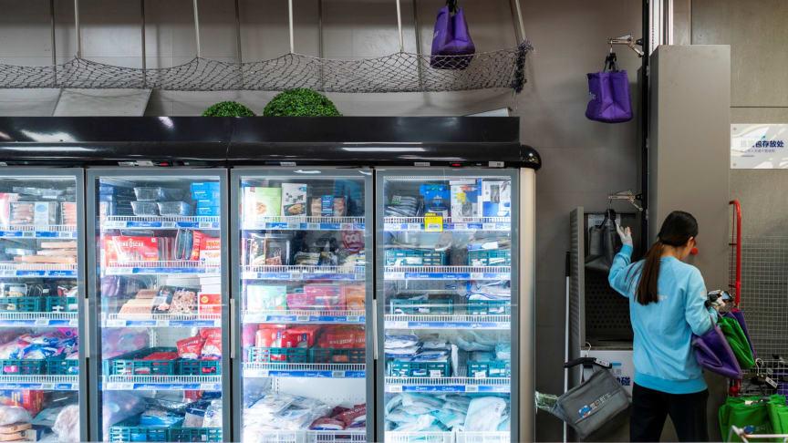 Det meldes om økt salg av dagligvarer via online app'er og netthandel i Kina. Fra New Retail kjeden Hema Fresh i Kina.