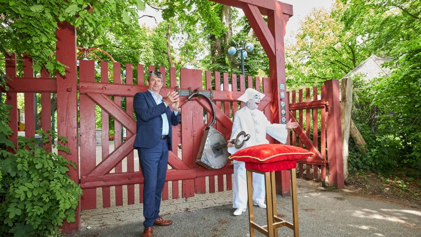 Bakkens administrerende direktør Nils-Erik Winther fik hjælp til åbningen af Bakkens nye Pjerrot, som fredag kunne give sin første forestilling til de fremmødte gæster.