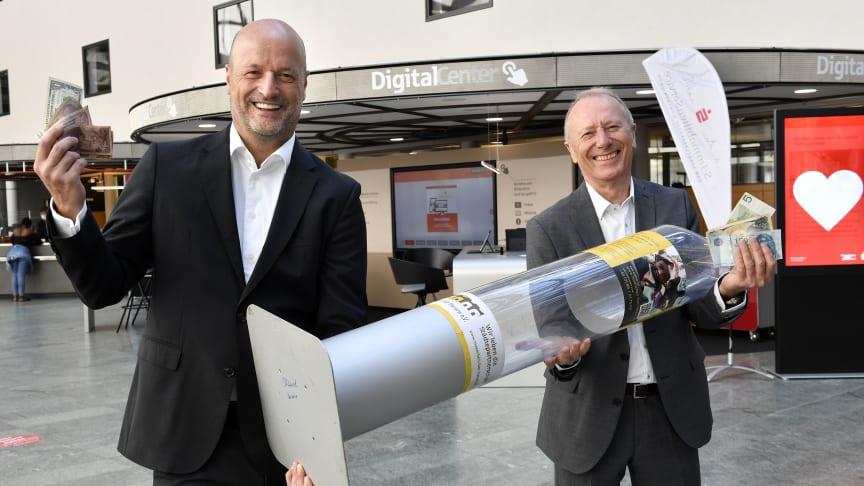 Ralf Fleischer (li.) und Hep Monatzeder freuen sich über die neue Spendenbox.