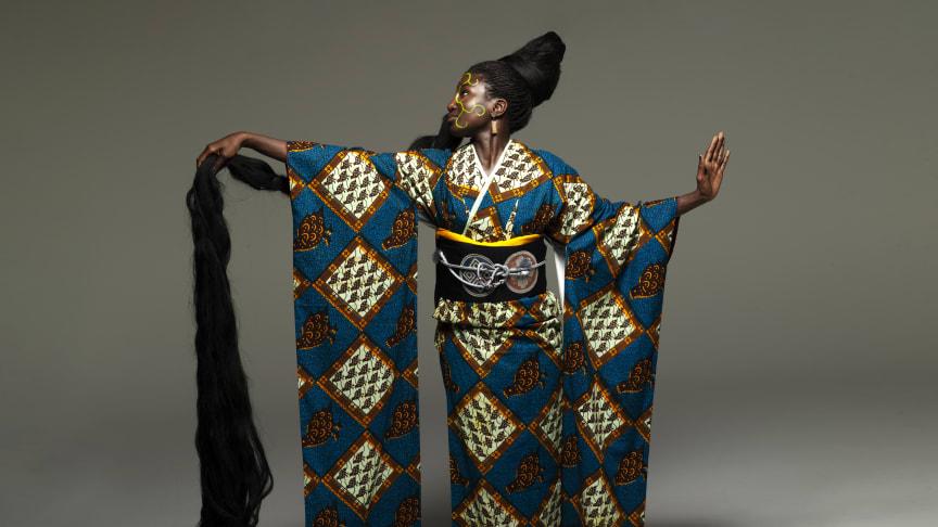 "Kimonon ""Night Wonders"" av Serge Mouangue"