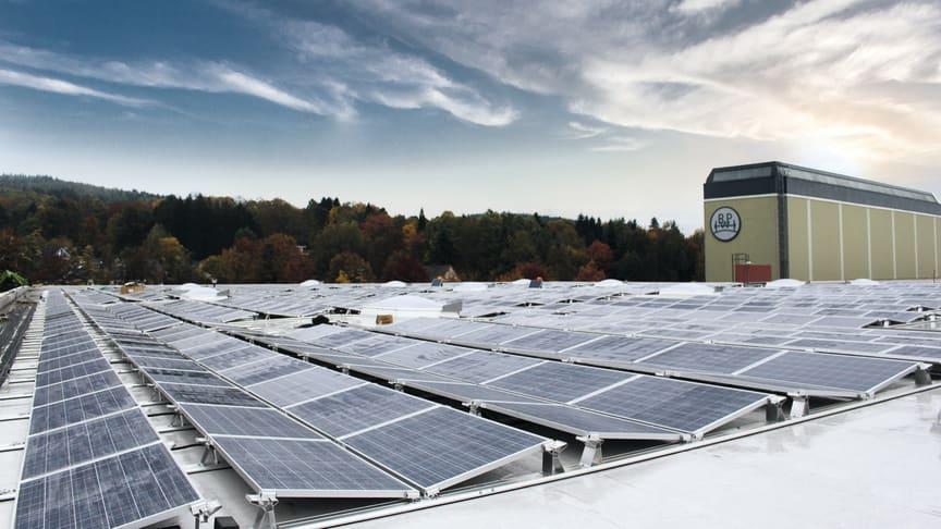 3.100 Quadratmeter  Photovoltaikanlage befinden sich auf einem Hallendach im Werk Wiehl. (Quelle: BPW Bergische Achsen KG)