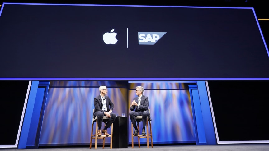 Applen pääjohtaja Tim Cook ja SAP:n pääjohtaja Bill McDermott