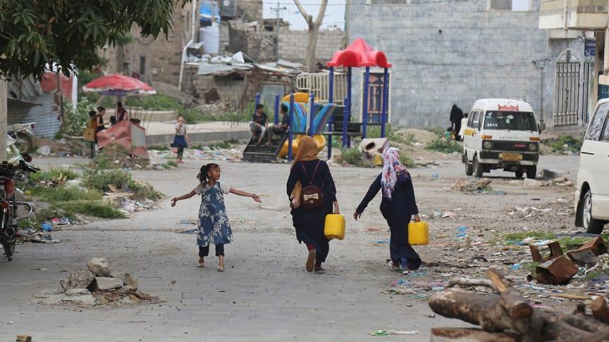 I Jemen fokuserar det humanitära arbetet både på internflyktingar och människorna i de samhällen som tar emot flyktningarna för att minska risken för konflikt dem emellan. Alla behöver rent vatten och mat.