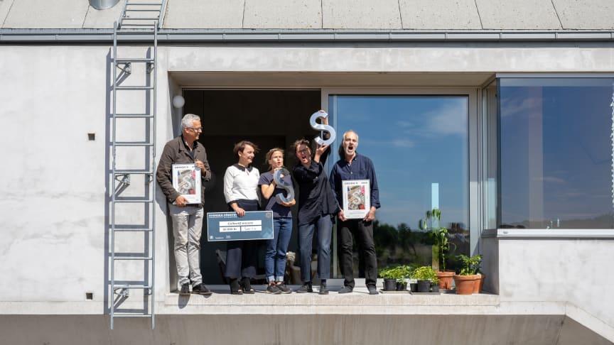 Svenska Fönster-priset delades ut på plats i det vinnande huset i Hamra, Gotland, av Mats Widbom - vd för Svensk Form och Beatrice K Henriksson - vd för Svenska Fönster AB till Anna