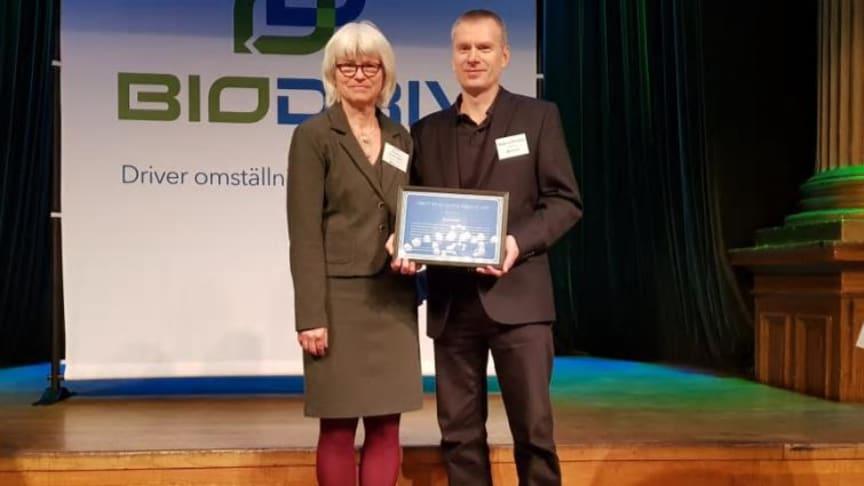 Karin Svensson Smith (mp), ordf. i trafikutskottet delar ut årets Biogasutmärkelse till Magnus Persson, teknisk & ekonomisk miljörådgivare på Swedavia. Bildkälla: Biogas Öst