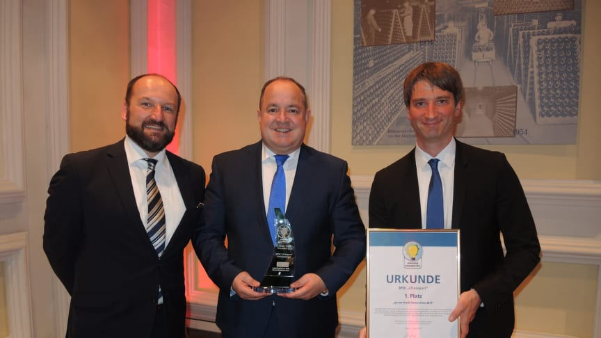 Ralf Merkelbach (centre), BPW's senior key account manager for large fleets in Europe, received the award from Trucker/VerkehrsRundschau representatives.