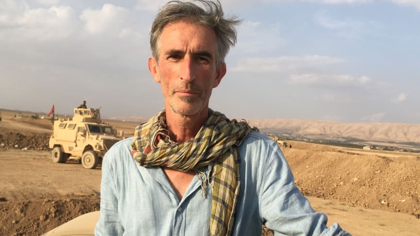 Porträtt av Francis Alÿs, Peshmerga embed Mosul, 2016. © Francis Alÿs Courtesy the artist and David Zwirner.