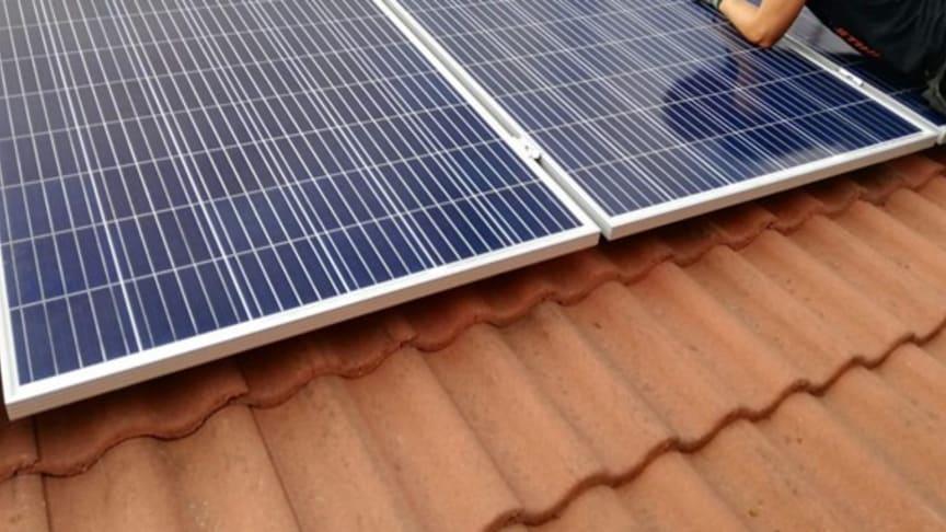 Att montera solceller är högaktuellt just nu. Nu har Högskolan Dalarna tillsammans med projektet ecoINSIDE2 tagit fram en guide hur man installerar solceller på tegeltak.