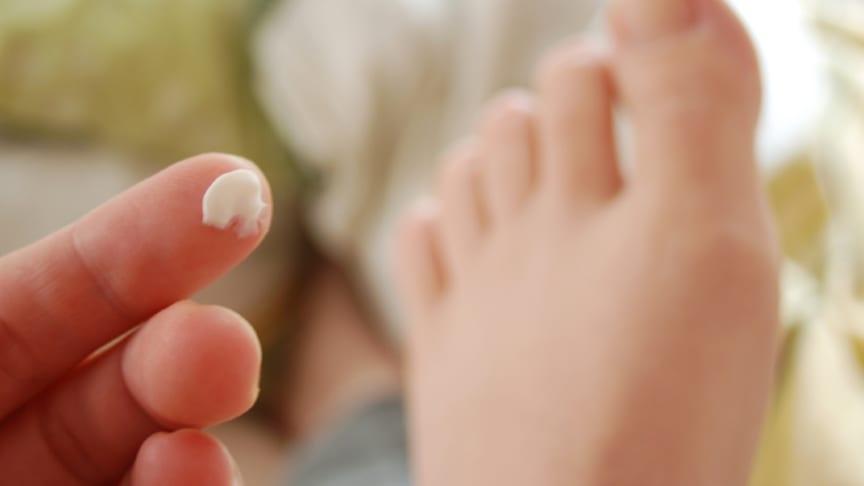Ein Muss für Diabetiker: das tägliche Eincremen der Füße. Aber auch zwischen den Zehen? Bild: thingamajiggs | fotolia