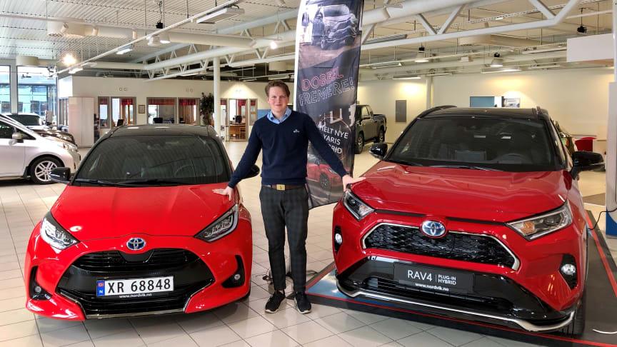 Det er to superpopulære hybrider som nå kommer i helt nye utgaver, sier Jørgen Wiken Furnes, bilselger hos Nordvik Toyota Namsos. Foto: Nordvik AS.