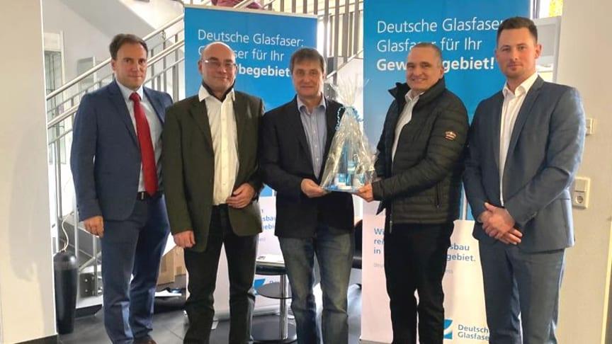 v.l.: Bürgermeister Alexander Simon (Stadt Eppstein), Generalunternehmer Gonzalo Huidobro (Zener Telekom GmbH, Stephanus van Bergerem (Ecco Terra GmbH), Volker Schneider und Sebastian Klopottek (beide Deutsche Glasfaser).