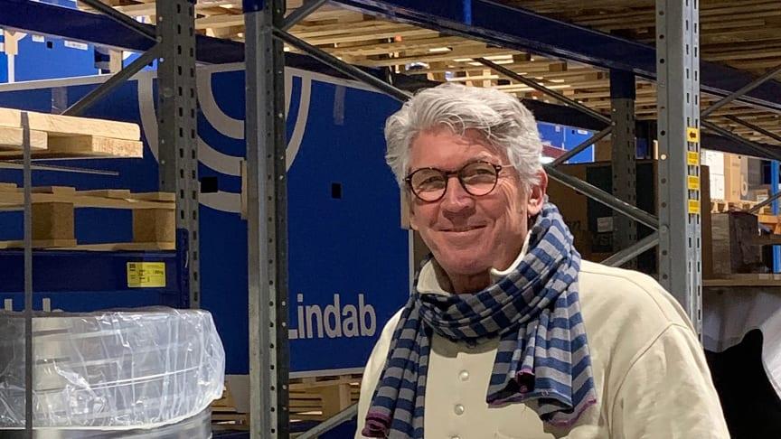 65-årige Søren Ingemann har både arbejdet som landstræner i cykling og pilot. Nu er han landet på Lindab-lageret i Haderslev, hvor han skal spille sine kollegaer gode som leder af aftenholdet.