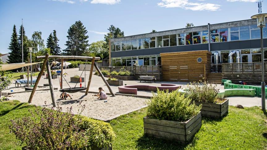 I Børnehuset Pilegården har erfaringer vist, at de nye afleverings- og henterutiner har givet mere ro for børnene. Derfor skal fremtidens samarbejdspraksis nu drøftes med forældrene.