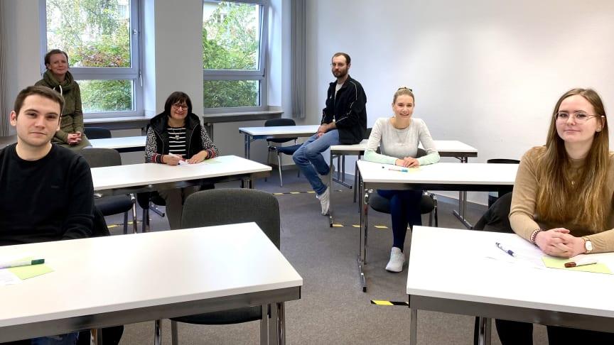 Fünf der neuen Auszubildenden im Seminarraum auf dem Gelände der Hephata-Akademie. Insgesamt haben in diesem Jahr 27 Männer und Frauen ihre generalistischen Pflegeausbildung an der Pflegeschule der Hephata Diakonie begonnen.
