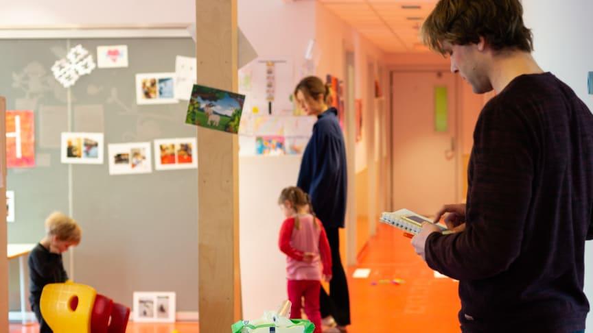 Selv om barna kjenner Lars Oftedal godt, vet de at han har en litt spesiell oppgave akkurat i dag, og skal gå rundt og se på at de leker, istedenfor å være med selv.