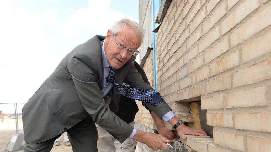 Køges borgmester Flemming Christensen murer grunddokumentet ind i ejendommen